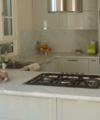 cucina in acciaio e marmo stile moderno